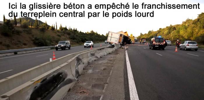 Camion renverse glissieres beton texte