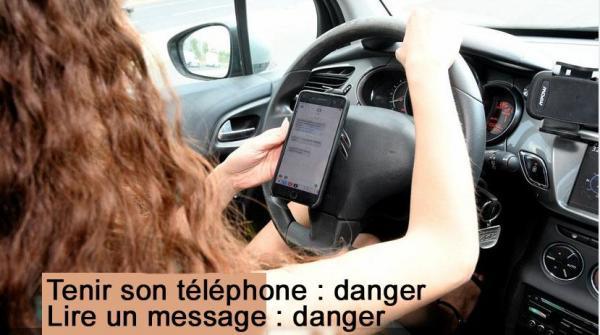 Femme texte lit et tient son telephone