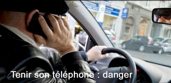 Mec avec telephone a l oreille copie