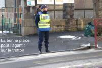Policiere sur trottoir cadre